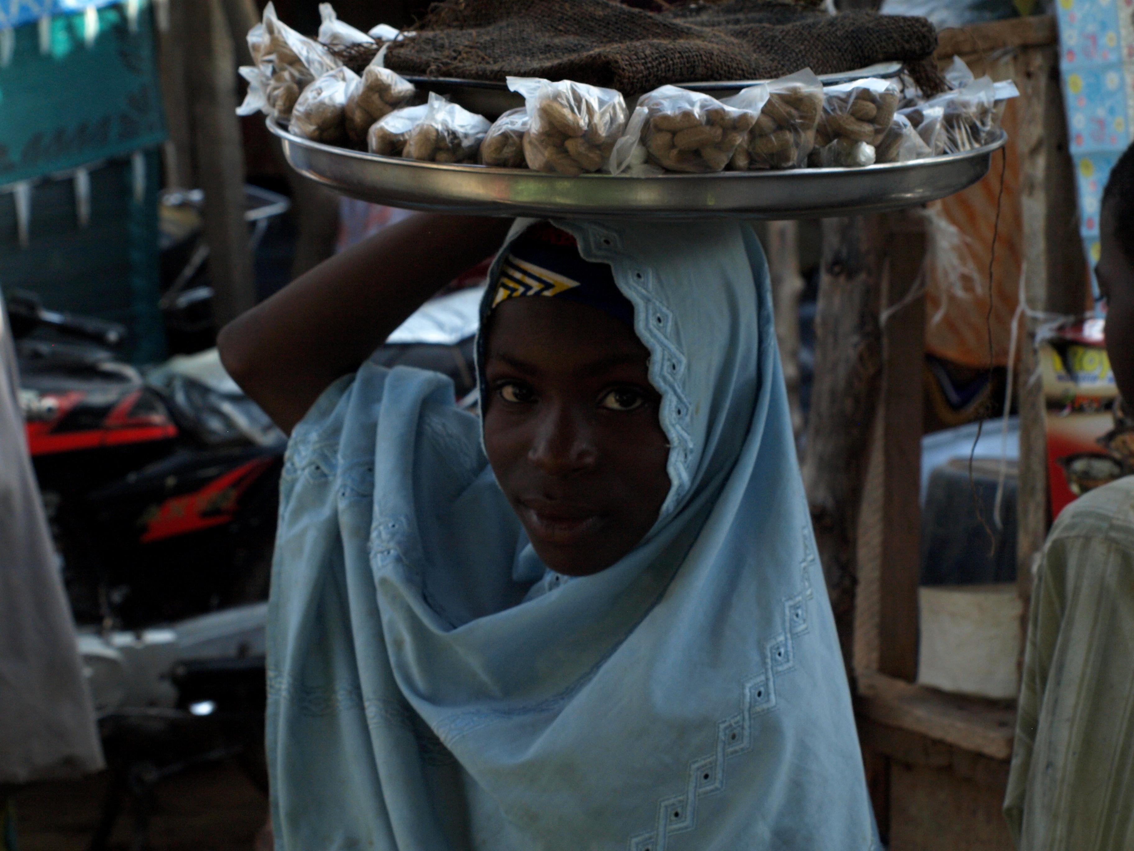 Niña vendedora musulmana de Nigeria