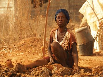 Mujer en Cachungo en una cantera de piedra