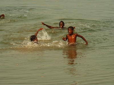 Niños bañandose en Cachungo
