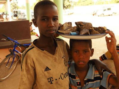 Dos chicos en la estación de Cachungo