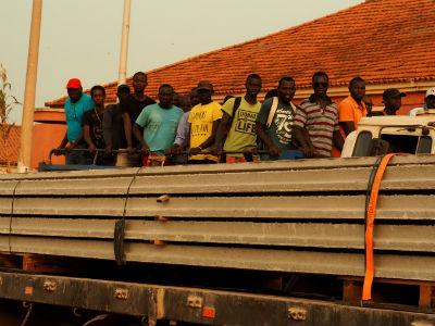 Un grupo de hombres en Bissau