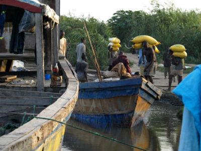 Cargando en el río Benoue