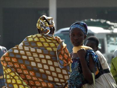 Viajeros en la estación de Maroua