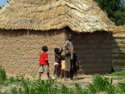 Familia en una palloza de Camerún