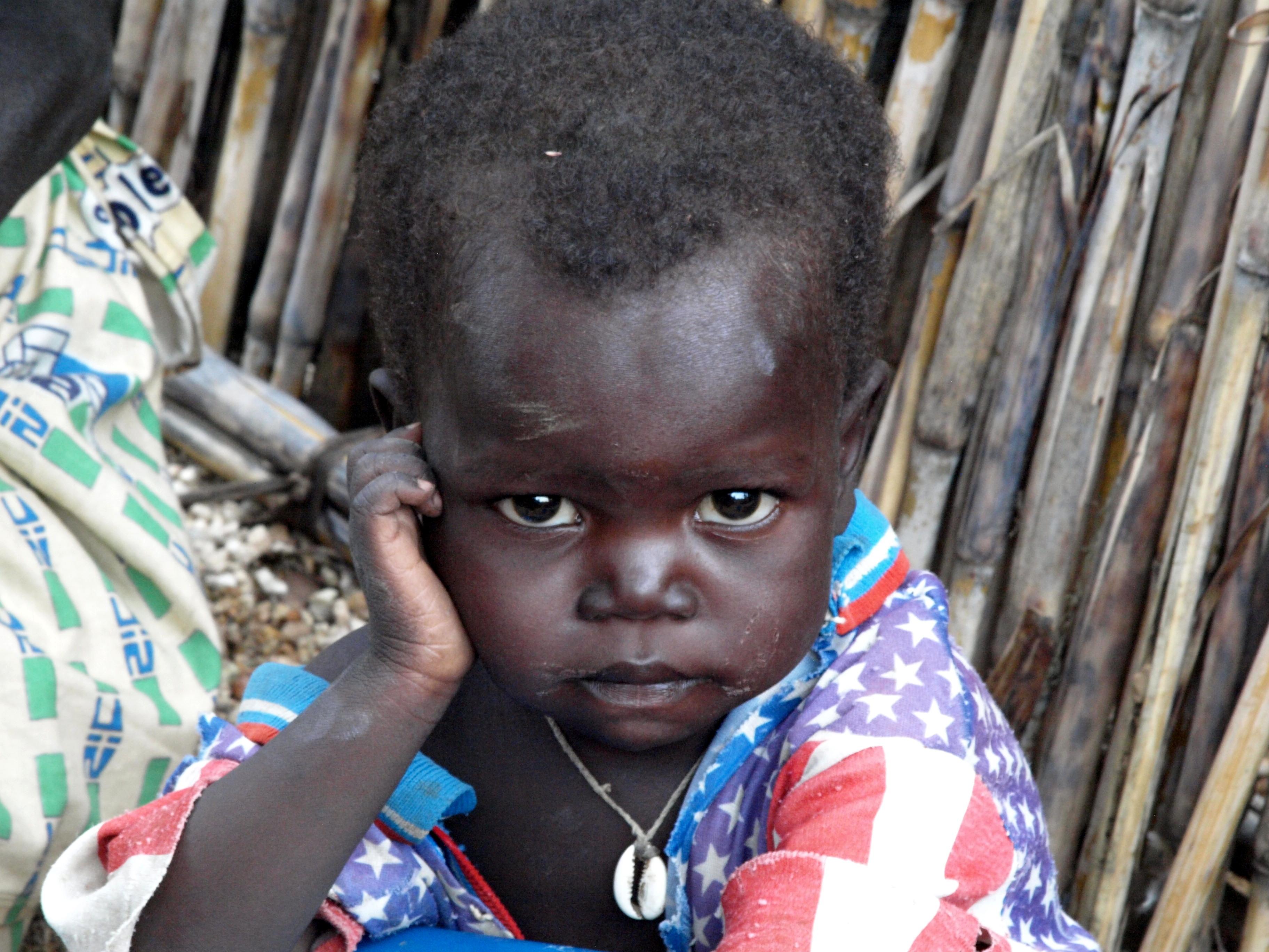 Pequeñajo en su choza Camerun