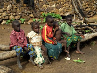 Varios niños en una casa en la frontera con NIgeria