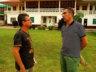 Hablando con el padre Willy en Mbini