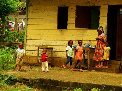 Familia en una casa en la isla de Bioko