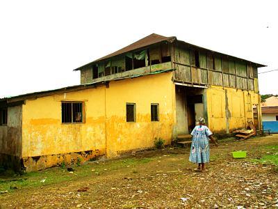 Mujer a la puerta de su casa en Bioko