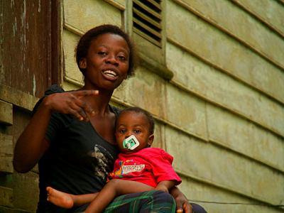 Una chica con su bebe en una casa de Bioko
