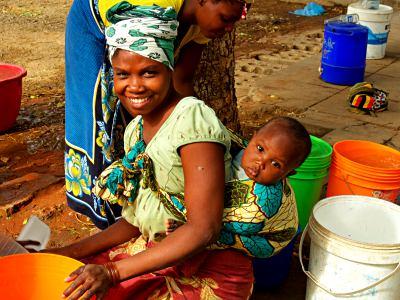 Una chica con su niño en Pemba