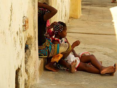 Niñas a la puerta de su casa en la Isla de Mozambique