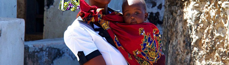 Una chica con su bebe en Mozambique
