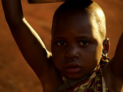 Una niña llevando agua en Gurue