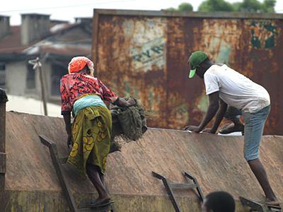 Mujer entre basura en Lagos