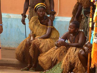 Chicas durante el carnaval de Bissau