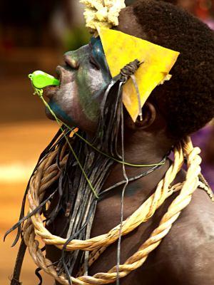 Chico con su pito en Bissau