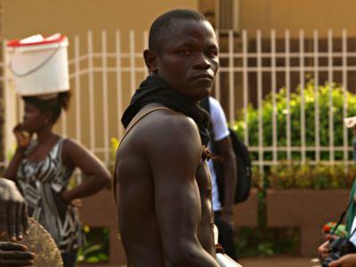 Un chico mirando durante el Carnaval en Bissau