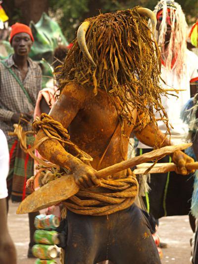 Danzante durante el Carnaval de Bissau