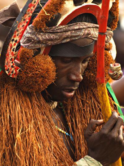 Un brujo pensativo en el Carnaval de Bissau