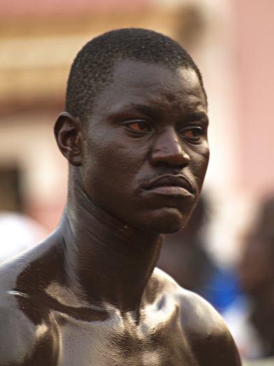 Un hombre en el Carnaval de Bissau