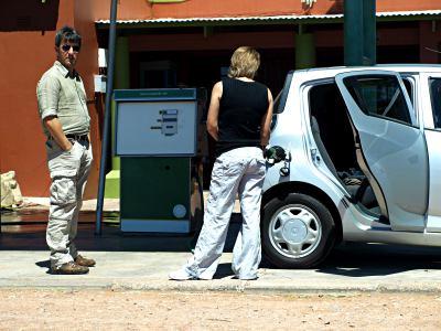 Llenando de combustible nuestro coche alquilado cerca del Kalahari