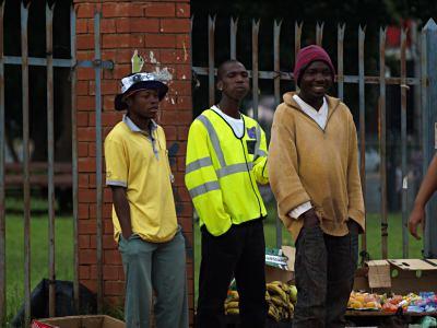 Tres chicos en una calle de Johanesburgo