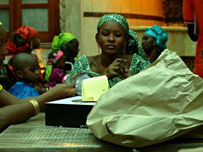 Una niña musulmana celebra el fin del Ramadán en Brazzaville