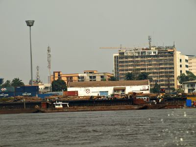 El río Congo separa Kinshasa y Brazzaville