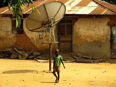 Un niño en una casa de Brazzaville