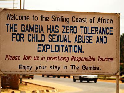 Cartel a la salida de un resort en Gambia
