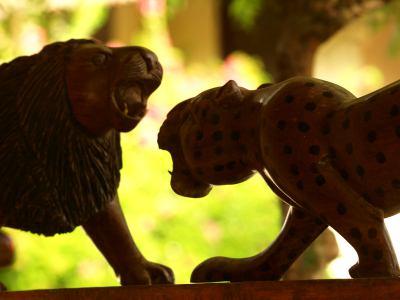 Dos tallas de madera en el hotel de Senegal
