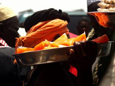 Vendedor durante la travesía de la barcaza de Banjul