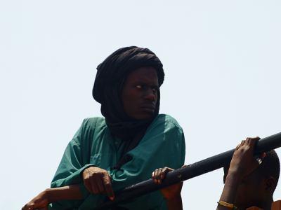 Viajero observando durante la travesía de Banjul