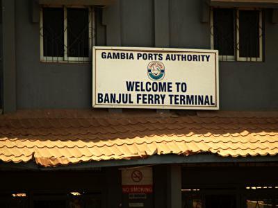 Llegada en ferry a Banjul