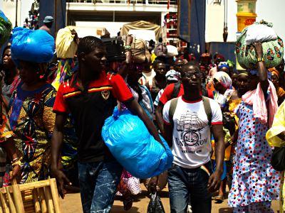 Aglomeración en el ferry de Banjul 1