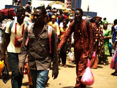 Aglomeración en el ferry de Banjul 2