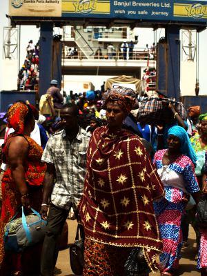 Aglomeración en el ferry de Banjul 3