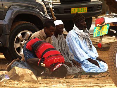 Varios hombres rezan en Dakar