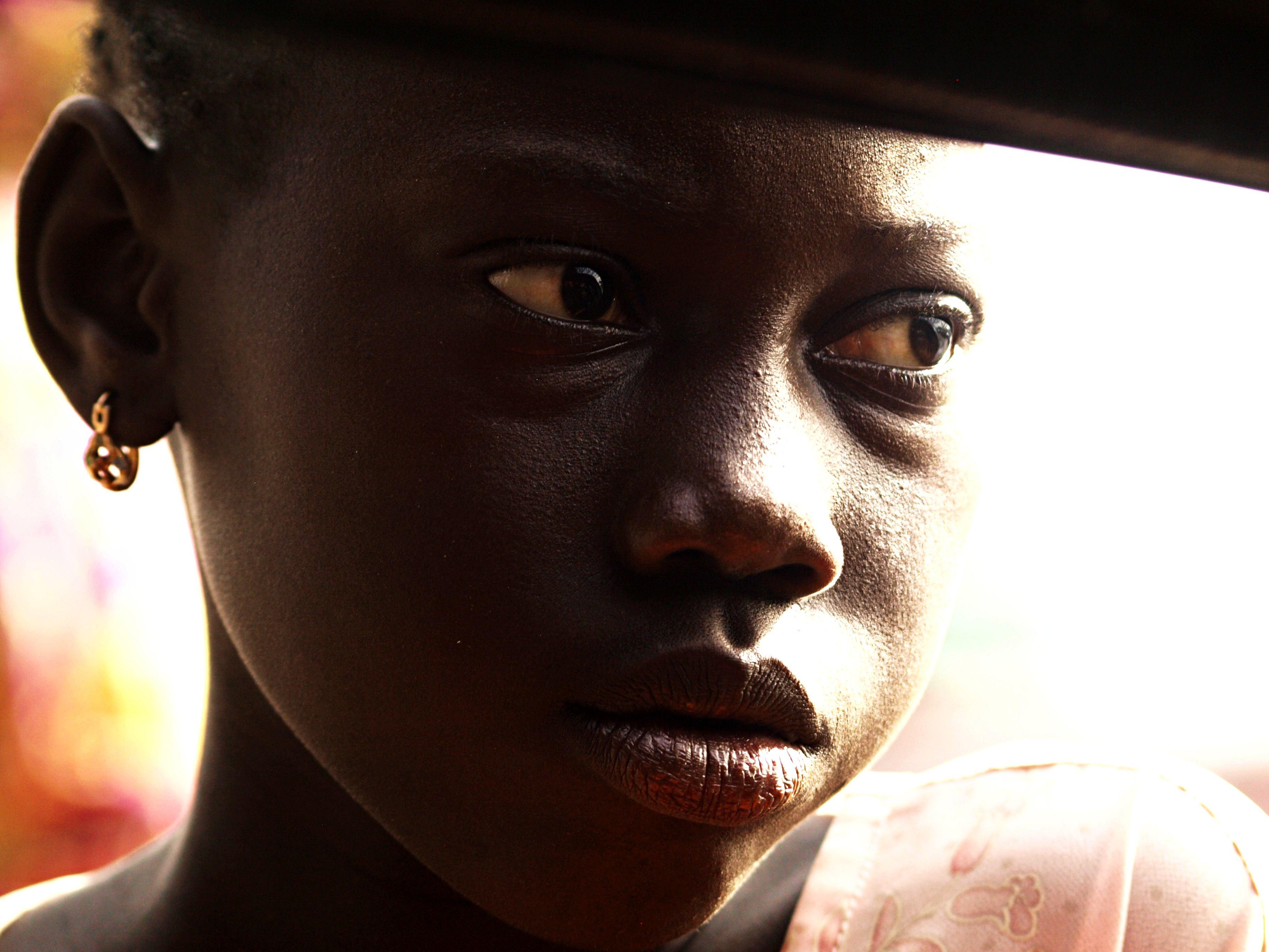 Una vendedora tras el cristal de la chapa en Senegal