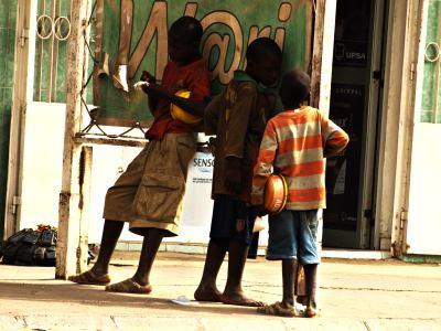 Tres niños de la calle en Thies Senegal