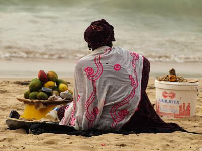 Vendedora en la playa de Ngor