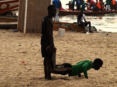 Chicos haciendo ejercicios en playa de Gambia