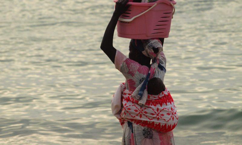 Una chica en una playa de Dakar