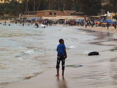Un crio en la playa de Ngor en Dakar