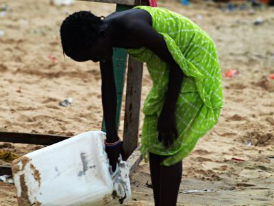 Una niña en la playa de Ngor en Dakar