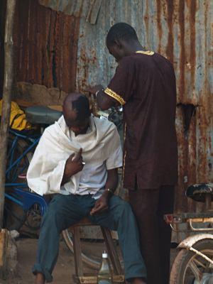 Un peluquero trabajando en Zinguinchor