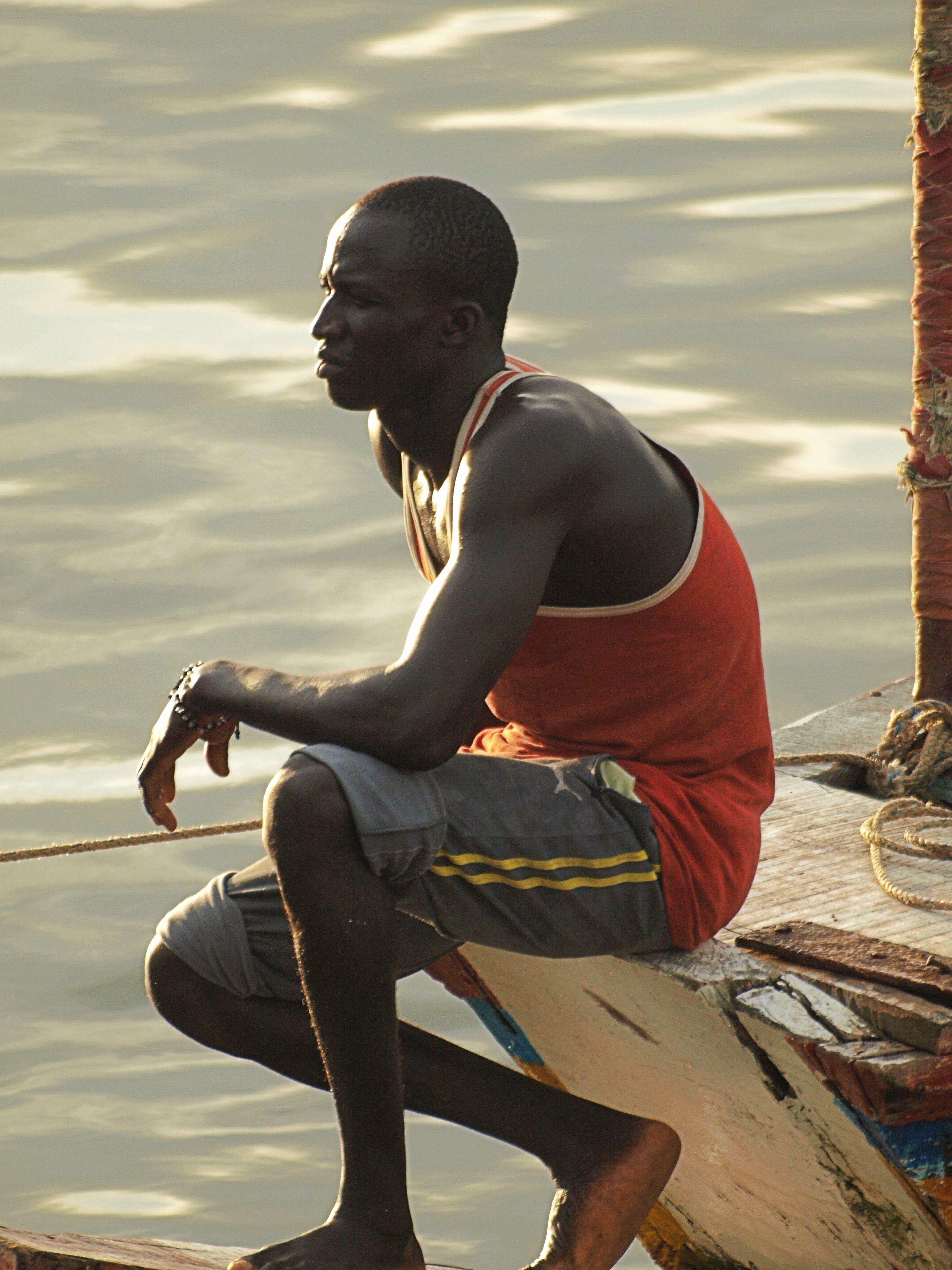 Un pescador en su piragua en la Casamance
