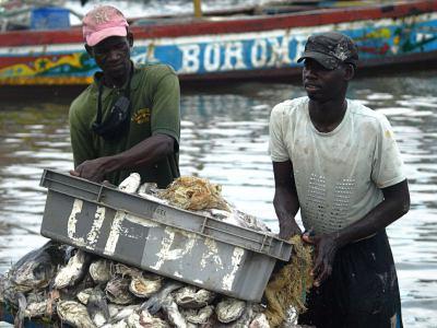 Pescadores en el rio junto al hotel Perroquet