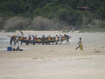 Unos pescadores en una playa de Cap Skining